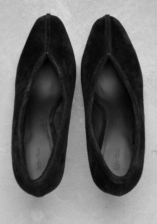 black escarpins